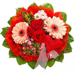 """""""Поэзия чувств"""". Букет красных роз, розовых гербер и хризантем"""